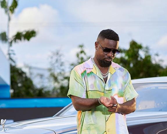 Sarkodie teams up with Kuami Eugene on Happy day – Watch